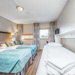 Anker hotellin kolmen hengen huone, kaksi sänkyä ja lisävuode