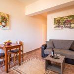 Standard huoneiston olohuone ja ruokapöytä