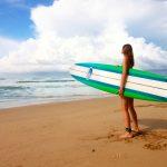 Tyrskyisä meri odottaa surffaajaa.