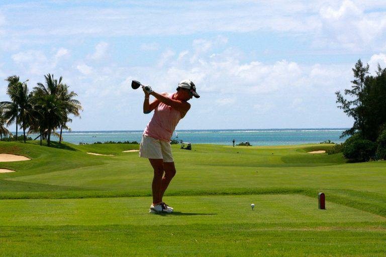 Vihreän golf-kentän takana siintää ihana merimaisema.