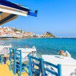 Ravintolan pöytiä terassilla meren rannalla