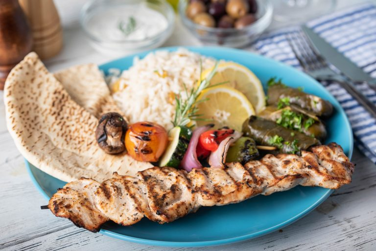 Kreikkalainen souvlaki ruoka-annos