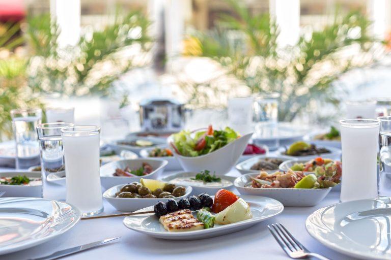 Kreikkalaista ruokaa katettuna pöytään