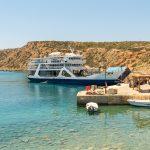 Matkustajalautta rantautuu laituriin Kreetan Gavdoksella