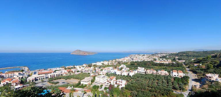 Panoraamanäkymä ylhäältä rannalle, jossa paljon vaaleita rakennuksia.