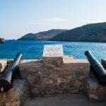 Muistolaatan ympärillä olevat vanhat tykit osoittavat merelle