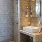 Kylpyhuoneen koristeelliset laatat