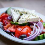 Tuoreet vihannekset ja pehmeä fetajuusto tekevät kreikkalaisen salaatin.