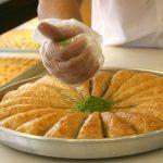 Makea baklava valmistuu leipurin varmoissa otteissa.