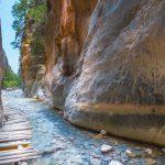 Kallioiden välissä olevan puron päälle rakennettu puinen kävelyreitti.