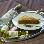 Baklavaa ja pullo pöydällä