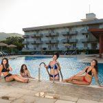 Naisia uima-altaalla