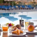 Mehuja ja hedelmiä aamiaisella