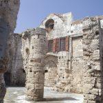 Rodoksen Vanhan kaupungin muureja ja kyltti.