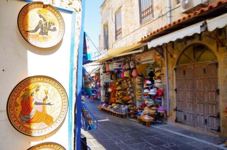Näkymä Vanhan kaupungin ostoskujalle, etualalla koristeellisesti maalattuja lautasia.