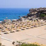 Ylhäältä kuvattu näkymä rannalle, jossa paljon aurinkovarjoja.