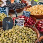 Torilla myytävänä useissa kulhoissa mm. herkullisia kreikkalaisia oliiveja ja täytettyjä paprikoita.