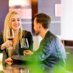 Nainen ja mies juovat viiniä