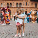 Tyttö halaa pikkusiskoaan torilla Riiassa.