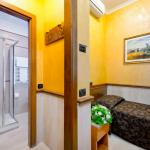 Yhden hengen vuode ja ovi auki kylpyhuoneeseen