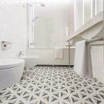 Musta-valkoinen kylpyhuone