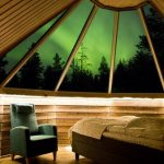 Revontulet näkee mökin vuoteelta kattoikkunoiden läpi