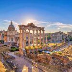 Forum Romanumin raunioita auringon kajossa.
