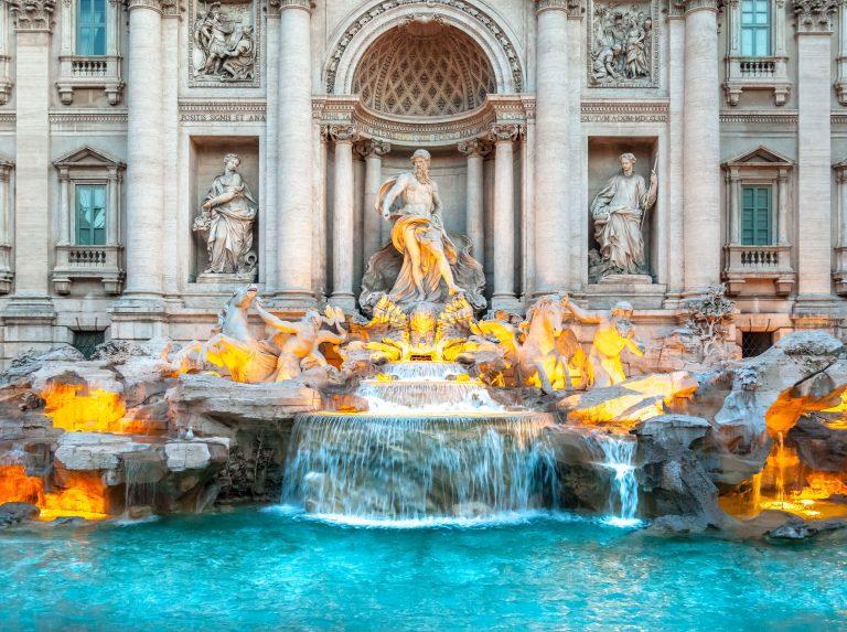 Valaistu Fontana di Trevin suihkulähde läheltä kuvattuna.