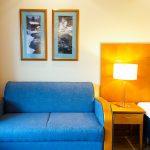 Sininen sohva nurkassa