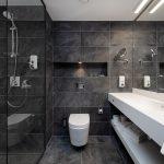 Superior huoneen kylpyhuoneessa on tyylikkäät tumman harmaat laatat