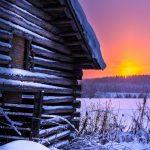 Lato lumisella pellolla auringonlaskussa.