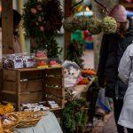 Herkkuja myynnissä Maarianhaminan joulumarkkinoilla