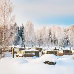Maisemasviittejä hotellin pihalla lumen alla