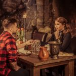 Pariskunta romanttisella illallisella