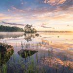 Pohjoinen järvi keskiyön auringon aikaan.