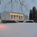Haikon Kartano päärakennus lumen keskellä