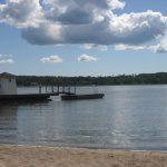 Haikon Kartanon edustan hiekkainen merenranta laitureineen