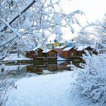 Porvoon jokirannan aitat lumen keskellä