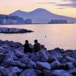 Merenrantanäkymä Napolissa, taustalla Vesuvius