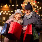 Parisikunta ihastelee jouluostoksia lahjakasseissa.