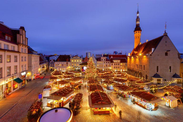 Tallinnan joulutori valokoristeineen ylhäältä päin katsottuna.
