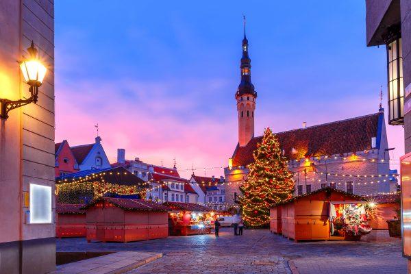 Näkymä Tallinnan joulutorille iltahämärässä.