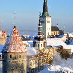 Näkymää Tallinnan rakennusten yli talvisena päivänä.