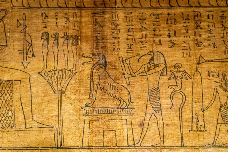 Lukekaa egyptiläisiä hieroglyfejä Vatikaanissa.