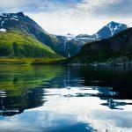 Vuoria kirkaan veden äärellä