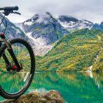 Maastopyörä vuoriston ympäröivän järven edustalla.