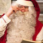 Joulupukin tapaa pajakylässä.