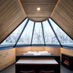 Revontulimökin sänky on lasi-ikkunan alla