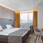 Metropolin standard huoneet on sisustettu neutraalein harmaan sävyin