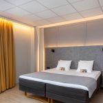 Saunallinen standard huone on sisustettu neutraalein harmaan sävyin